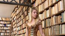 Creó un vestido hecho de libros antiguos