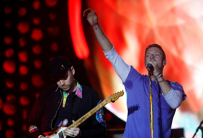 Coldplay perform on The Pyramid stage at Worthy Farm in Somerset during the Glastonbury Festival, Britain, June 26, 2016.   REUTERS/Stoyan Nenov FOR EDITORIAL USE ONLY. NOT FOR SALE FOR MARKETING OR ADVERTISING CAMPAIGNS