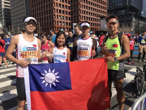 台灣跑者在東京馬拉松熱情展出國旗 (圖).