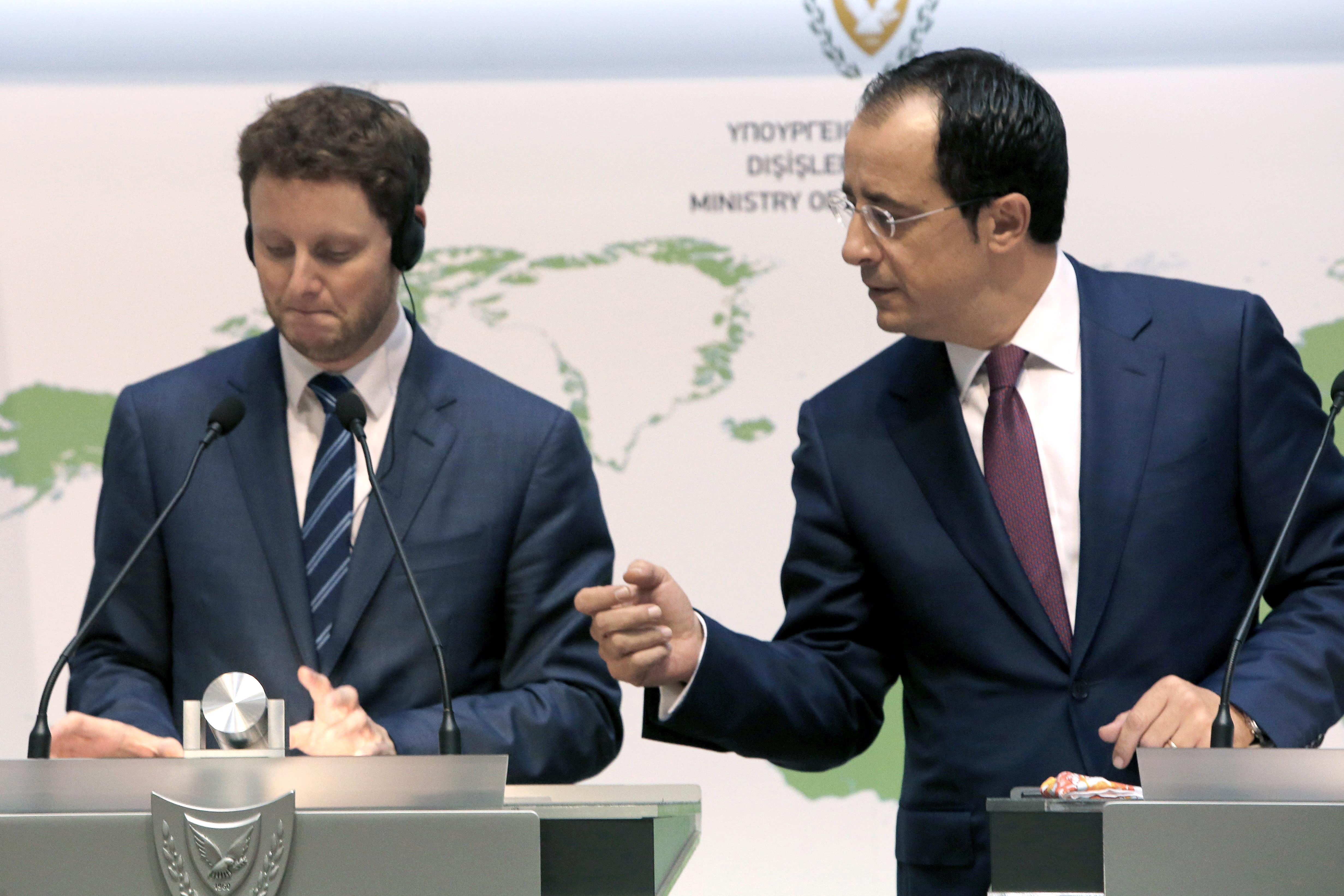 2020年9月18日,星期五,法国欧洲事务大臣克莱门特·博恩(Clement Beaune)和塞浦路斯外交大臣尼科斯·克里斯托杜利德斯(Nikos Christodoulides)参加了在首都尼科西亚的外交部大楼的新闻发布会。博恩说,欧盟应该考虑实施制裁。如果该国继续在希腊和塞浦路斯主张专有权的水域内进行碳氢化合物搜索,那么该国将对土耳其不利。 (美联社照片/ Petros Karadjias)