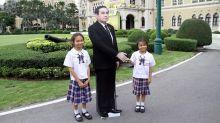 Primer ministro tailandés dejó un doble suyo de cartón para 'responder' preguntas y se fue