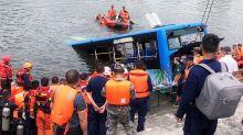 Gli demoliscono la casa, autista cinese si schianta in un lago con il bus