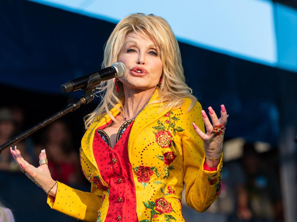 Dolly Parton feiert Impftermin mit einem umgedichteten Klassiker