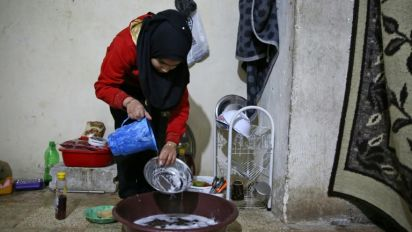 En Syrie, des déplacés dénués de tout vivent entassés sous-terre