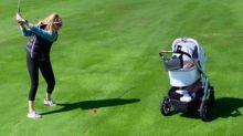 Cat McDonnell no se separa de su pequeña Elisabet Gianna ni para jugar al golf