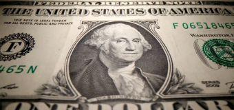 FOREX-Dólar baja; comentarios de la Fed calman nerviosismo de inversores