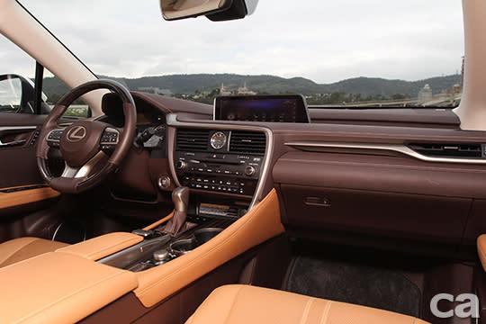 中控佈局與陳設也和短軸版本一樣,維持雍容大氣和高質感,並以駕駛為導向。