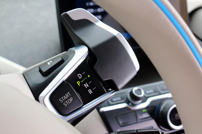 i3系列的排檔感很有科技感,設在一般雨刷撥桿的上方,以轉動右側的d字型的撥桿換檔。