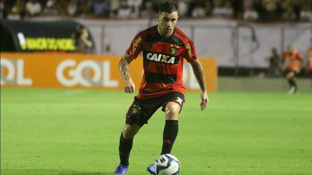 Eugenio Mena fue expulsado en su debut liguero con el Sport