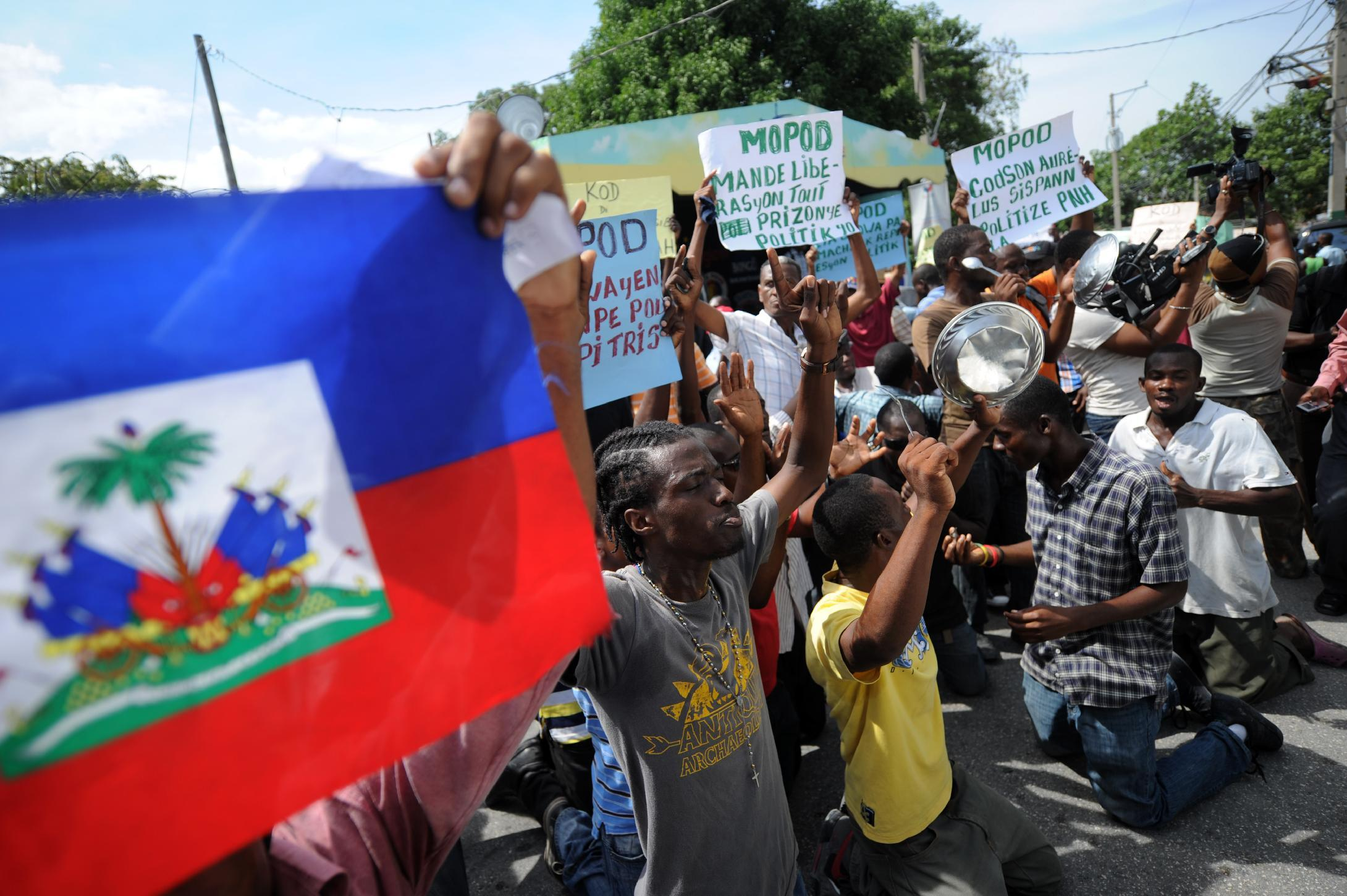 Members and supporters of opposition parties protest on October 23, 2014 in Port au Prince (AFP Photo/Hector Retamal)