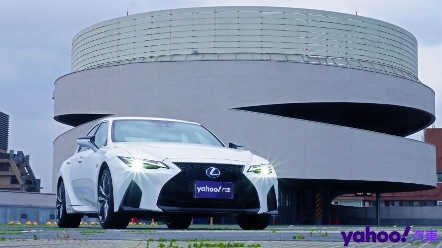 跑格煉成陣下的折衷之作!2021 Lexus小改款IS300h F Sport試駕 - 3