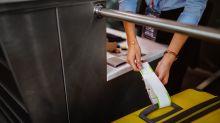 Um Übergepäck zu vermeiden: Passagier trägt 15 T-Shirts im Flugzeug