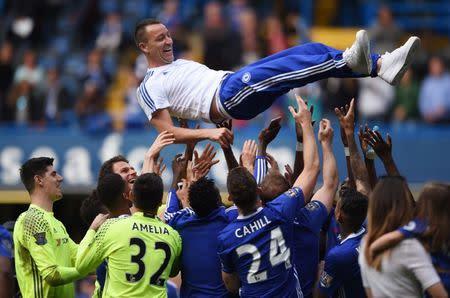 El jugador del Chelse, John Terry, es celebrado por sus compañeros, en el Stamford Bridge.
