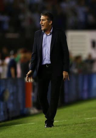 El técnico de la selección argentina de Fútbol, Edgardo Bauza, reacciona en el partido contra Chile por las eliminatorias para el Mundial de Rusia 2018, en Buenos Aires, Argentina.