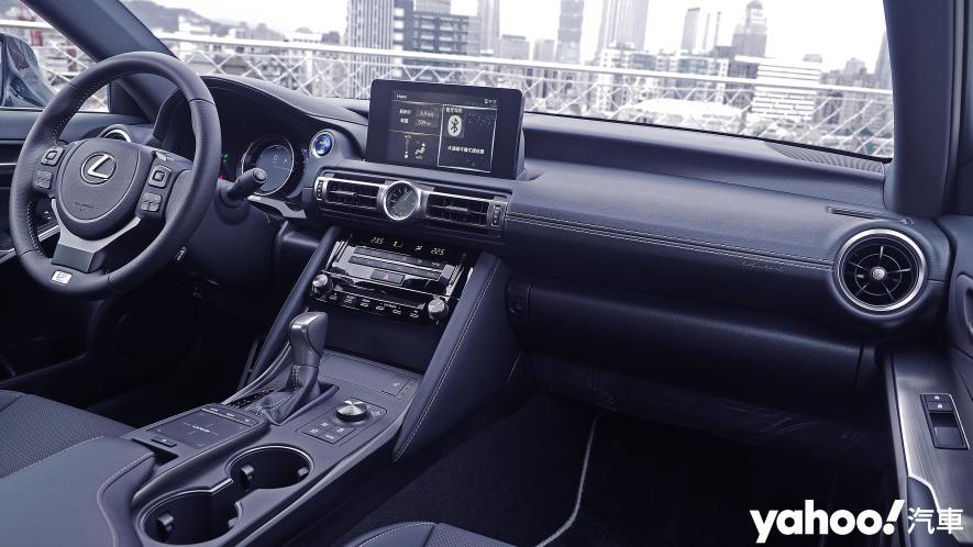 跑格煉成陣下的折衷之作!2021 Lexus小改款IS300h F Sport試駕 - 10
