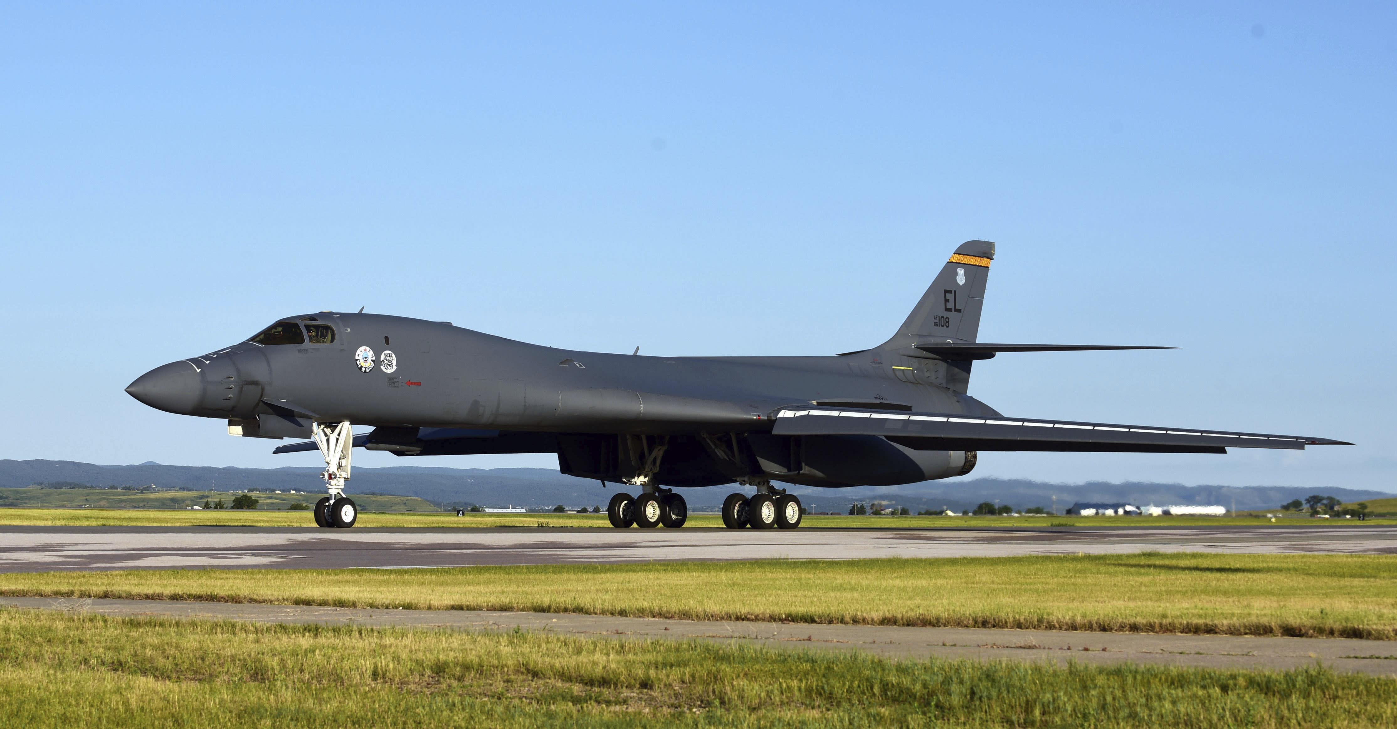 """2020年7月16日,星期四,一架B-1B持枪骑兵在美国埃尔斯沃思空军基地的飞行路线上被指派给第37轰炸中队的士。美国空军在俄罗斯北部以东的西伯利亚海域上空飞行了三架B-1重型轰炸机。在远东地区,军方周五表示,这是最近演习的一部分,目的是证明美国的能力和支持盟国的能力,但俄罗斯指挥官称其为""""敌对和挑衅""""。 一周前,三架位于德克萨斯州的美国空军预备役B-1 Lancer轰炸机进行了飞行,一周前进行了类似的飞行任务,其中三架临时位于英国的B-52轰炸机在俄罗斯西翼附近的乌克兰领空飞行。 (美国空军,空军一等舱昆汀·K·马克思摄,通过美联社拍摄)"""
