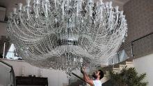"""Luciano Camargo impressiona com foto de lustre gigante: """"Dia de faxina"""""""