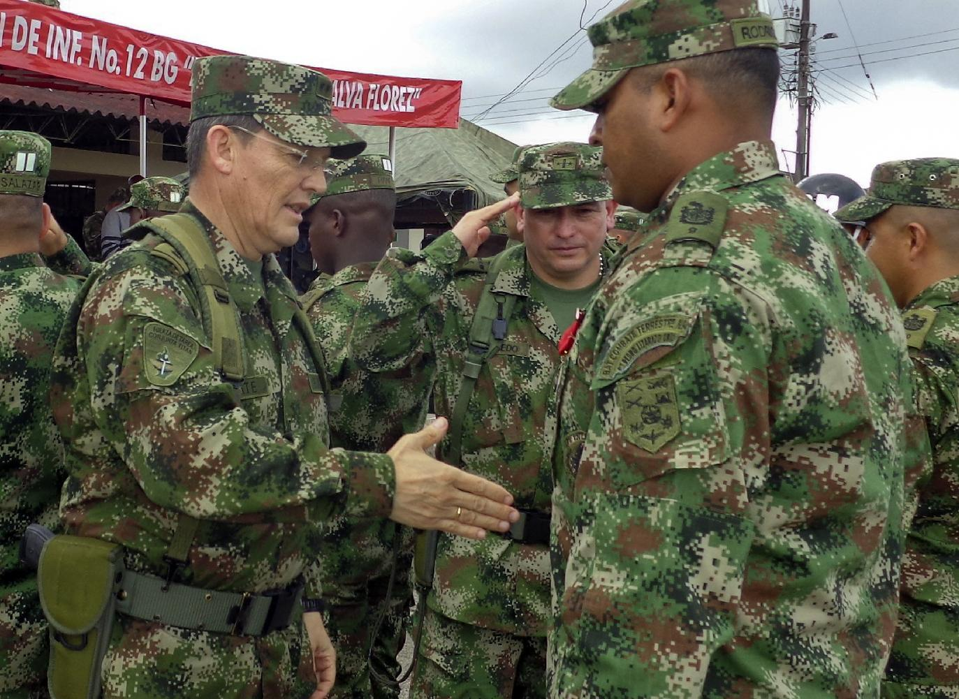 This handout picture released by Colombian Army Press Office, taken on August 15, 2014, shows Colombian Army General Rubén Alzate (L) (AFP Photo/-)