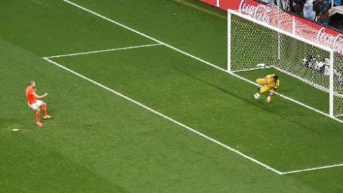 El portero de Argentina Sergio Romero desvía el penal reamatado por el holandés Ron Vlaar en la definición de la semifinal del Mundial de Brasil el 9 de julio de 2014 en Belo Horizonte