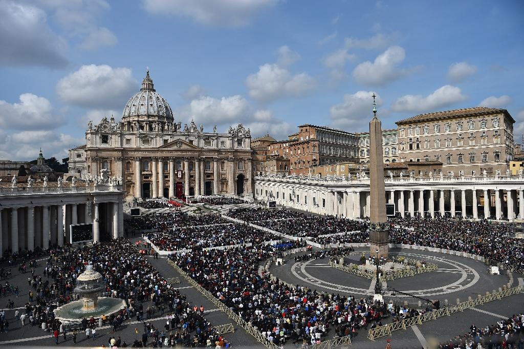 A general view shows the crowd in St Peter's square during the Palm Sunday mass on March 20, 2016 in Vatican