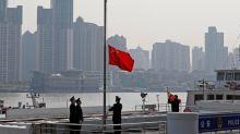 """Coronavirus: la Chine rend hommage à ses """"martyrs"""", le port du masque recommandé aux Etats-Unis"""