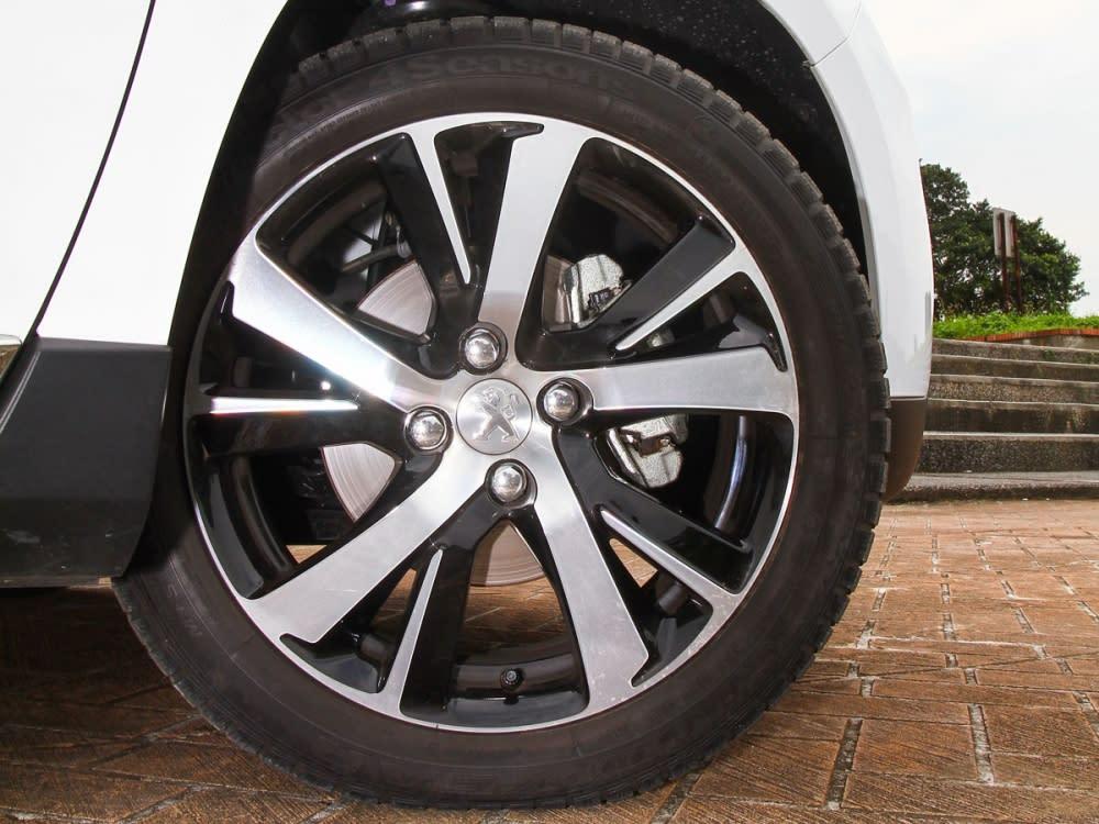 試駕車型標配了17吋五輻雙肋式鋁圈。