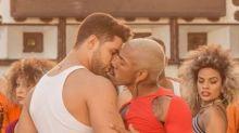 Vestido de mulher, Nego do Borel dá beijão em outro homem em novo clipe