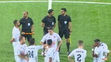 VIDEO   El equipo visitante abandona en pleno partido por un canto ofensivo en las gradas