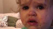 Mãe é acusada de abuso infantil após vídeo viral em que oferece raiz-forte para filha