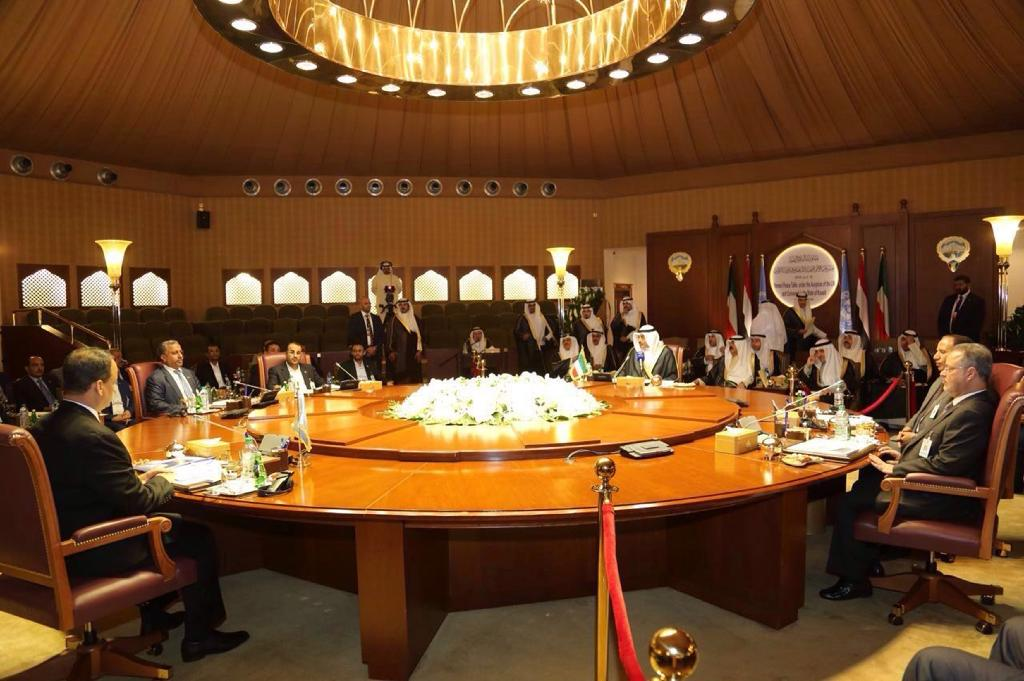 Members of Yemeni rebel and government delegations taking part in a meeting as part of the UN-brokered peace talks on April 21, 2016 (AFP Photo/STRINGER)