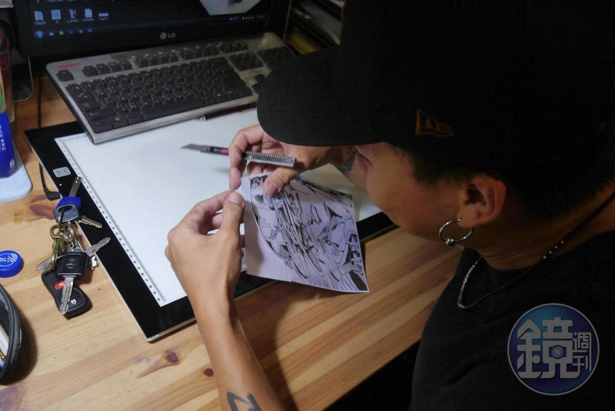 小巨正在裁剪刺青用的轉印紙,之後要將這張紙噴溼貼到客人身上,等墨水乾了後開刺。