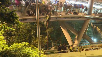 Hong Kong, 1.100 arrestati in violenze campus Politecnico