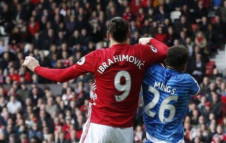 Ibrahimovic em lance com jogador do Bournemouth Tyrone Mings