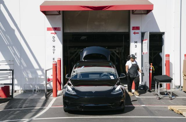 Tesla aims to make 10,000 Model 3 cars per week in 2019