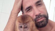 Cantor Latino se declara para Ana Paula, macaca de estimação: 'Juntos e para sempre'