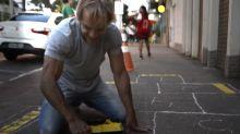 Prefeito desenha amarelinha no ES para incentivar felicidade nas ruas