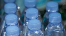 Botellas de plástico vs latas de aluminio: ¿quién ganará la lucha mundial por el agua?