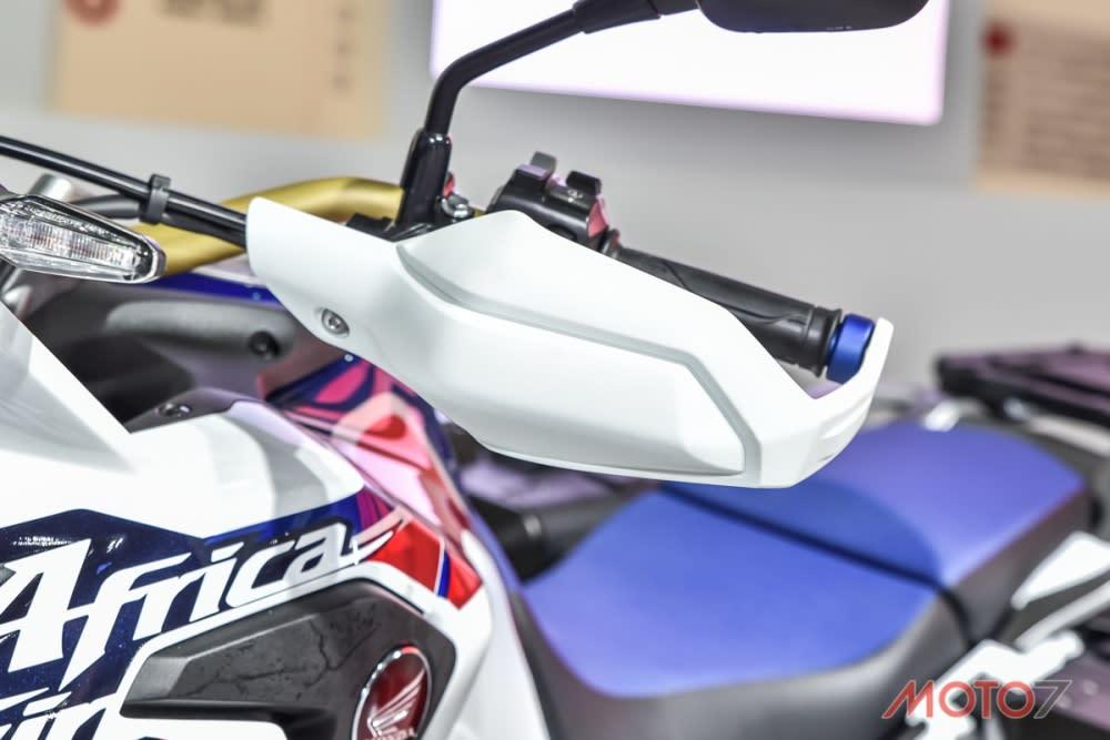 寬把搭配護弓是越野車的招牌配置。