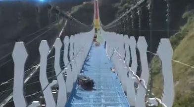 吊橋還沒完工 民眾涉險硬闖拍照打卡