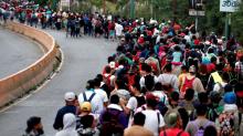 Caravana migrante derriba valla fronteriza