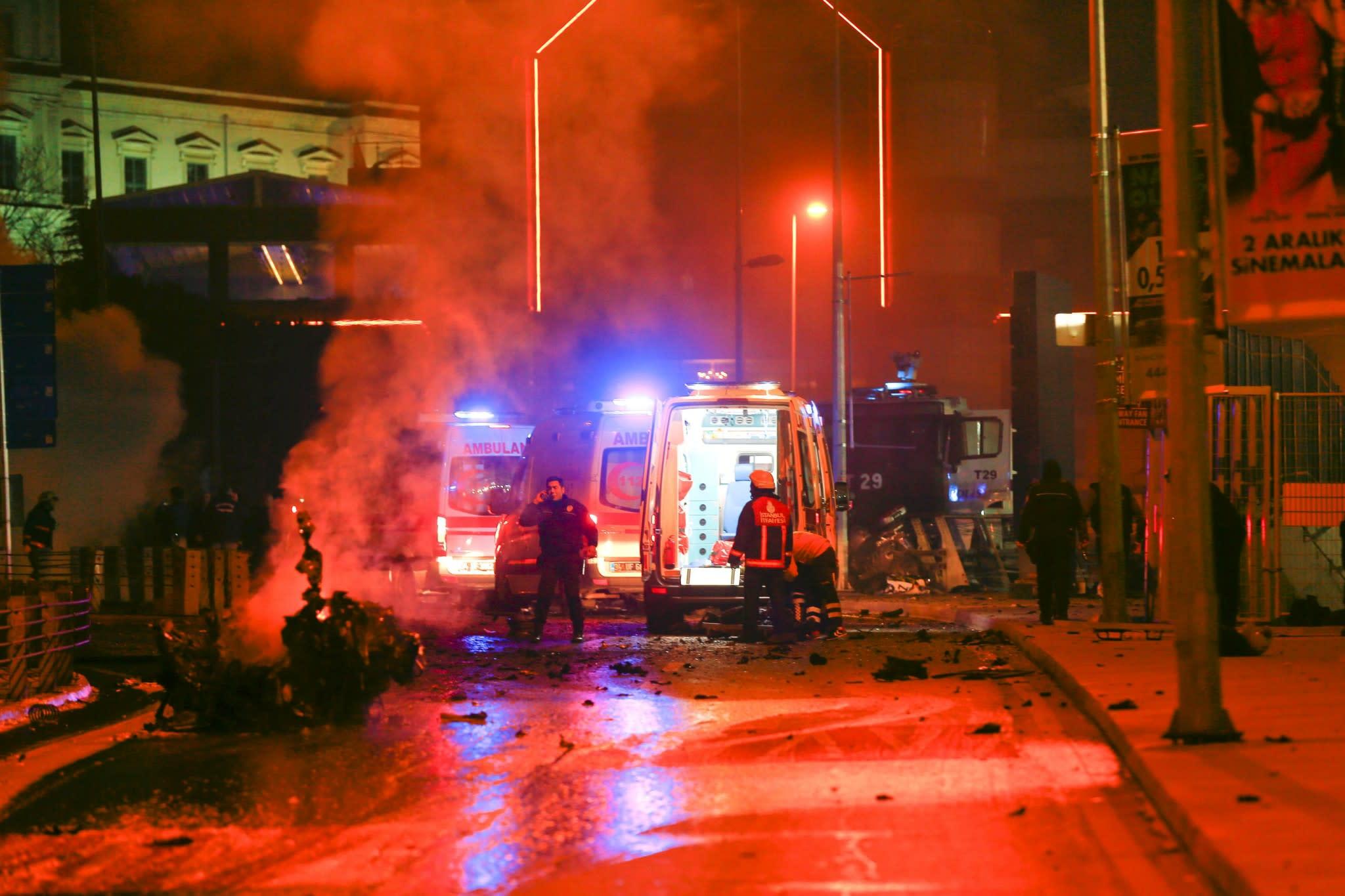 <p>Die Minuten nach der Explosion der Autobombe (Foto: Murad Sezer/EPA) </p>