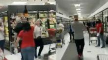 Le immagini da un magazzino di New York con i clienti uno contro l'altro