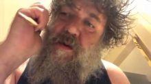 Russell Crowe desconcierta a sus fans con este bizarro video afeitándose y cantando