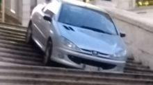 Si getta con l'automobile dalla scala di Trinità dei Monti a Roma: denunciato 27enne