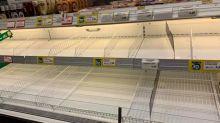 Muestra un supermercado italiano completamente desabastecido por miedo al coronavirus
