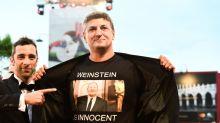 """Chi è il regista che ha indossato la maglietta con la scritta """"Weinstein è innocente"""""""