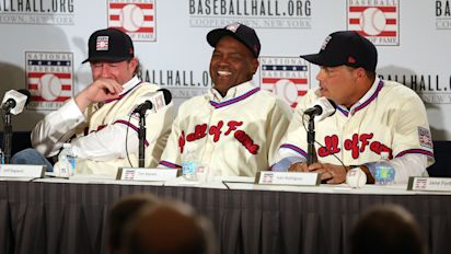 Pedro Martinez honors Hall class his own way