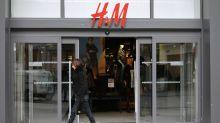 Miese Ebay-Geschäfte: H&M-Skandalpulli wird für bis zu 1600 Euro angeboten