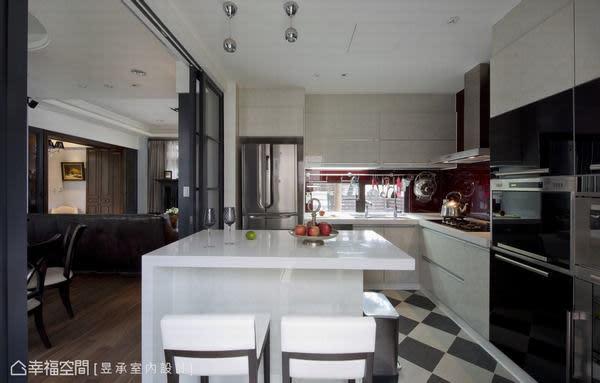 經過移位與檯面重新建置的廚房中島吧台,純白色的吧台主體與斜貼的黑白地磚相呼,很有美式廚房的味道。