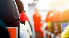 Warum begrüßen Flugbegleiter Passagiere mit den Händen hinter dem Rücken?
